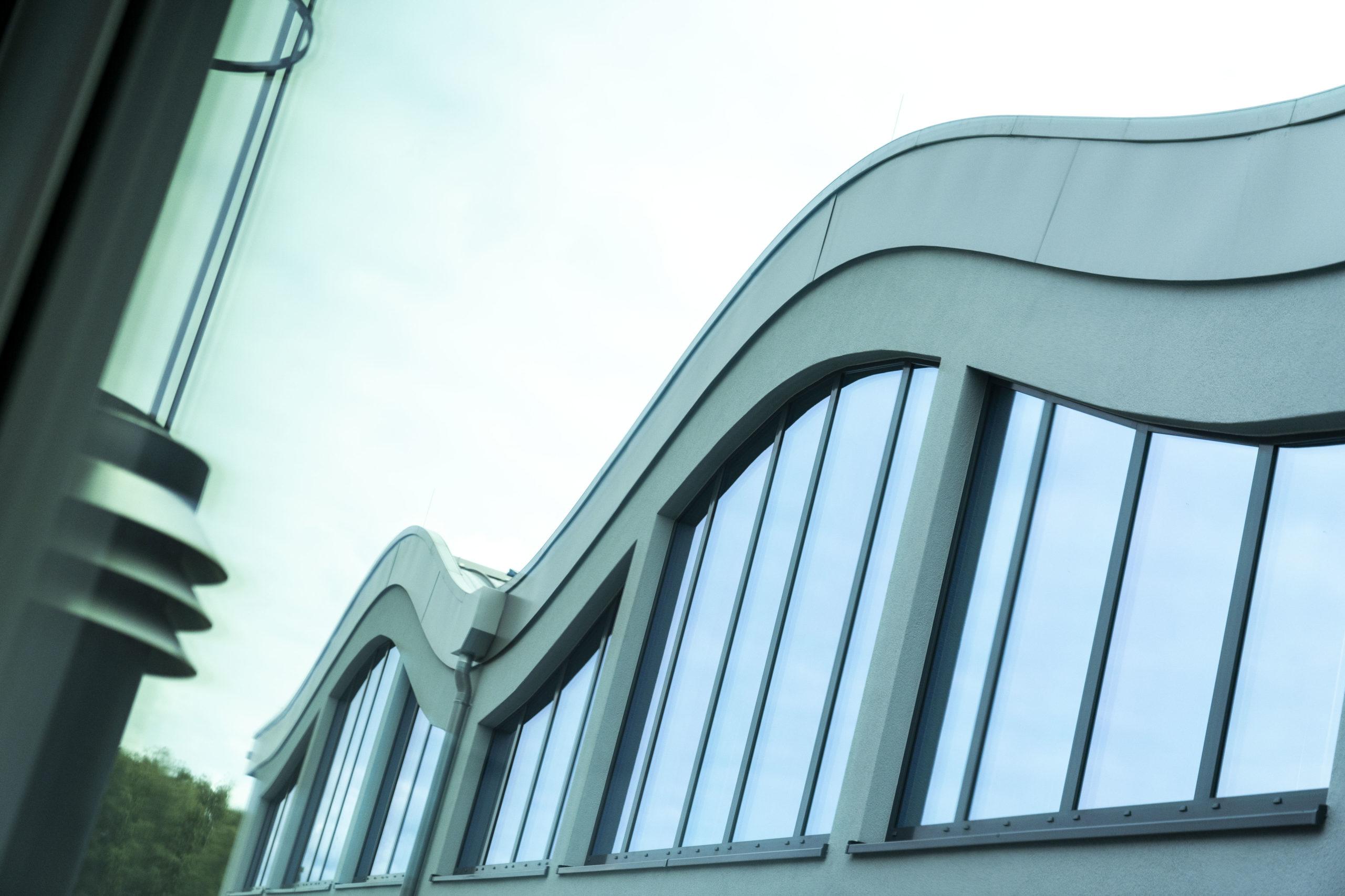 Das wellenförmige Dach der LIRA service GmbH in Paderborn